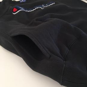 Trøjen er lille i størrelsen. Trøjen har lommer foran.