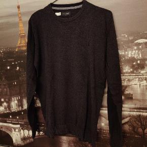 Bruun og Stengade Est. 2004 in Copenhagen  Lækker sweater, der mest er benyttet ud over en skjorte.