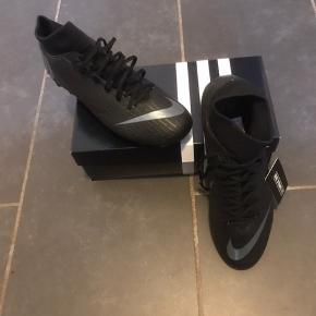 Nye forboldstøvler fra Nike str 42 2/3. Kbt for 1249kr. Kan sendes med dao for 38kr eller hentes i Esbjerg