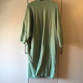 Sælger denne fine kjole fra monki da jeg aldrig har fået den brugt. Farven er som på billede 1. 😊