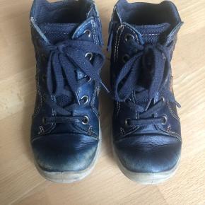 Brugt i 2 mdr.  Ecco sko str 26. Har lynlås på indersiden af skoene så de er nemme og hurtige at få af og på.