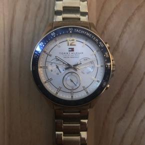 Rem: Forgyldt rustfrist stål armbåndEtui: Forgyldt rustfri stål med blå taktmåler Super lækkert ur! Bruger det bare ikke længere.