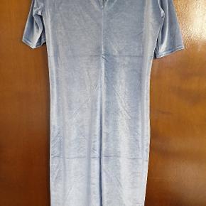 Super lækker kjole fra Modström i velour med lille krave og fin lukning på ryggen med 2 små betrukket knapper.