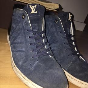 Louis Vuitton Fuselage sko til mænd i str 7 1/2 tilsvarende 42. 265 cm i længden. Skoen er i farven mørkeblå. Brugt et par gange, men stadigvæk i super stand! Kvittering, æske og pose haves.  Nypris: 3600kr  BYD!