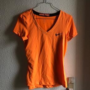 Sælger denne orange nike pro træningstrøje. Har en lille streg fra en tusch eller lign., men intet der ses tydeligt. Str. Medium. Sender på købers regning. Søgeord: Nike, Adidas, Fila, Asics, Reebok