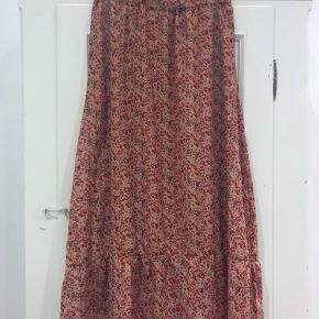 Såååå smuk nederdel i rosa og røde farver. Kun prøvet på - passer desværre ikke til mig 😩