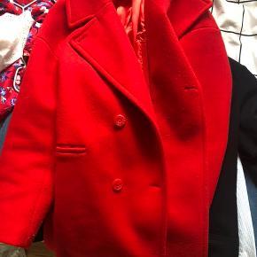 Mega fin frakke fra NAKD. Det er en str 34, men jeg er en 36-38 og passer den fint. Den er dog lidt nusset foran, derfor den billige pris :-)