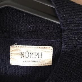 Fin top fra Numph str L. Blå med glimmertråd i.  Fra ikke rygerhjem
