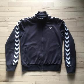 Varetype: Sweat, cardigan, zip trøje Størrelse: 14år Farve: Mørkeblå Oprindelig købspris: 350 kr. Prisen angivet er inklusiv forsendelse.  Lidt slitage på albuerne (se billede), ellers i meget pæn stand. Mp 150 inkl. via MobilePay. Bytter ikke.