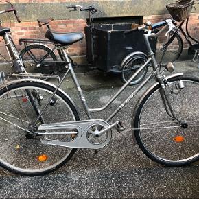 Meget fin ældre damecykel med to helt nye dæk! Dynamoforlygten virker og den har original lås med en nøgle. Stelstr. 55 og 3 gear.Mærke: Falter nirdsta