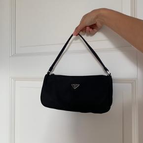 Tessuto sport Prada håndtaske (kan også bruges over skulderen).  Præcis denne model produceres ikke længere.  Kort og Lille dustbag medfølges.