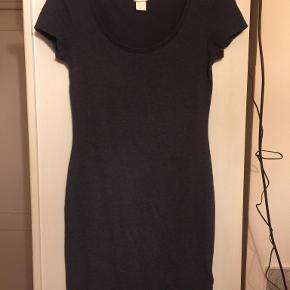 stram kjole sidder godt og er behagelig at have på sender med DAO modtager betaler porto