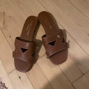 Sælger mine smukke slippers / flats / sandaler  i læder - kun brugt 1 gang i et par timer