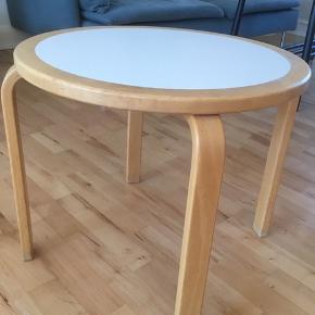 Fint og meget solidt sofa - sidebord i træ og plade af laminat.  Diameter 54 cm.  Højde 47 cm.