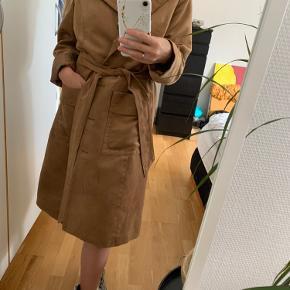 Fantastisk suede jakke fra h&m søger nyt hjem. Str 44, men fungere perfekt som lidt oversize  ✨