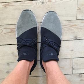Blå/grå sneakers fra ARKK Copenhagen. Har ikke brugt dem meget lidt, så de er i rigtig fin stand!