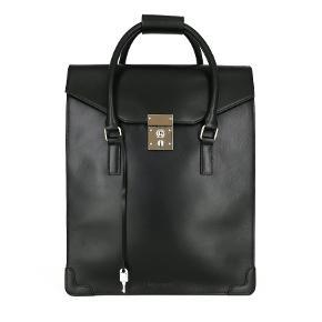 Sælger denne stilede og lækre taske fra royal republiq. Aldrig brugt med prismærke. Nypris: 2200,-  Kan også sagtens anvendes til piger.  Byd!  Byd!