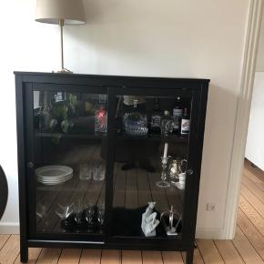 Hemnes vitrineskab fra IKEA sælges. Det er lidt over et år gammelt, og har derfor lidt ridser hist og her - dog ikke noget man ligger mærke til. Nypris 1500 kr., derfor halv pris.  Kan ses og afhentes i 9000 Aalborg