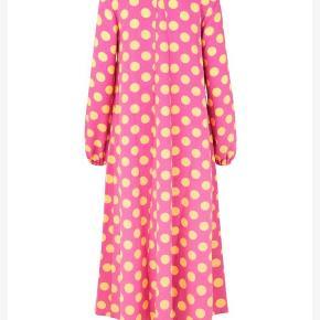 Smuk kjole med gule prikker  Brugt 2 gange så fremstår som ny. Passer en str 38 og 40