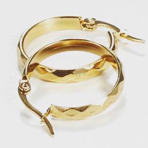Hoops i kirurgisk stål og guldbelagt.   De måler 2,5cm og er nikkelfri! 🍃  Ved køb af 2 smykker betaler jeg fragten😊