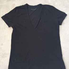 Lækker blød T-shirt med v-hals og hullet mønster.