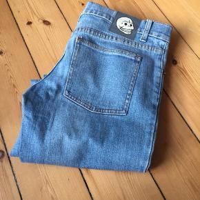 Lyseblå Cheap Monday jeans W30/L34  Jeg sælger dem for en anden og derfor ikke har billeder med dem på. Har været på en enkelt gang. Afhentes 2450 Kbh Sv eller sender med DAO.