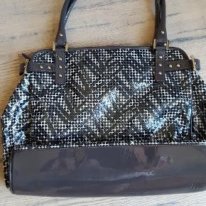 Flot grå/sort taske. Brugt få gange. 36 x 26 cm.  Køber betaler fragt.