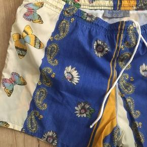Vintage Kenzo badebukser med smukt motiv. Str. XL, men kan strammes ind. Der er ingen lommer i.