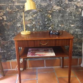 Natbord med fint lille skuffegreb, skuffe, magasin- hylde og afrundede hjørner på bordplade  B 60.cm D 34,5. Cm H 55,5 cm  Pris 650. Kr  Natlampe koster 450. Kr