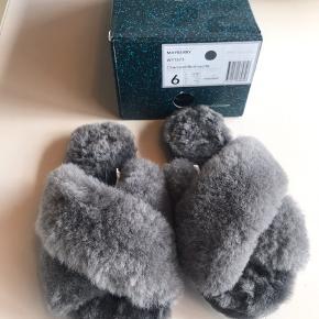Lækre EMU slippers til inde og ude i grå rulam og med gummisåler. Helt nye og aldrig brugt.  str 37 som svarer til 36 da de er små i størrelsen.  kommer i original æske