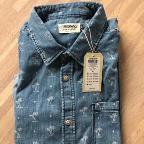 Fin let cowboy skjorte med korte ærmer. Helt ny og med mærke på endu. Der er små palmer på. Den vil være smart ud over et par mørke jeans eller til shorts. BYD