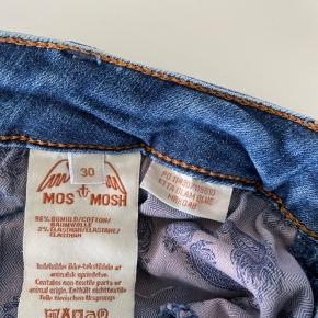 Mos Mosh jeans, model Etta Glam, str. 30. Lille hul ved den ene baglomme, ellers pæn stand (se foto).