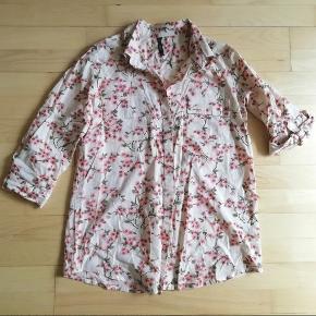Mærke: Ze-Ze Zeze Str. S Skjorte med korte ærmer og blomster  Blomstret Ze Ze skjorte