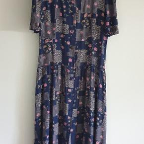 Fin kjole til efterårets lune dage eller til de kolde dage med en sweater over. Skriv i kommentaren hvis man ønsker billeder af varen på🌷🌷🌷🌷