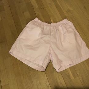 Lækre og behagelige shorts i str. M. De er store i str. og sælges kun grundet de er for store til mig. Kun brugt og vasket 1 gang og fuldstændig fejlfri.  Lys lilla nypris 900,-  Se gerne mine andre annoncer med lækre mærker. Giver mængderabat.