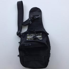 Defect London shoulderbag i super condition uden flaws - brugt 2 gange. Super fed med mange compartments