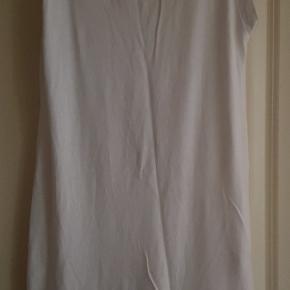 MADEMOISELLE ADÈLE T-SHIRT KJOLE STR. 1 (S)  Hvid T-shirt/T-shirt kjole med tryk og lommer i siderne. Brugt men stadig helt hvid og fin stand. Længde 77 cm.  Sender på KØBERS regning