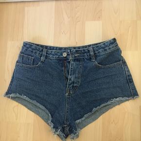 Str. 39-40 cheeky denim shorts, brugt 1 gang, har en tæt waist ift. hvordan den sidder bagpå