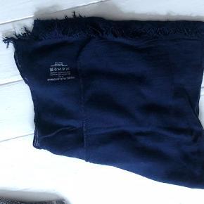 Isabel Marant tørklæde eller sjal -stort og lækkert med fint fald. Skøn blå fatve.  Aldrig brugt.Viscose og cashmere, men let fin kvalitet  Bytter aldrig - Sender gerne - Prisen er fast med mindre du ønsker at købe flere ting
