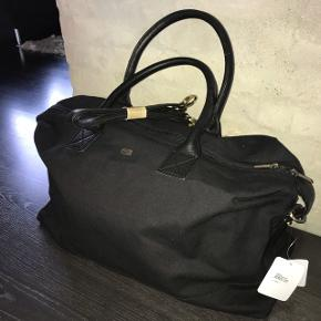 Bon Goût rejsetaske (Kgl. Hofleverandør) - aldrig brugt, nypris 899,95,- Fungerer glimrende som weekendtaske til både drenge og piger. BYD!  Sender gerne ☺️ Bon Goût toilettaske kan også medfølge, hvis ønskes