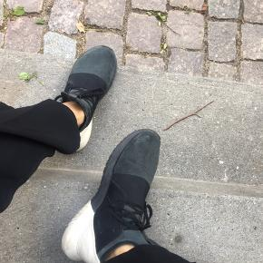 fine sneakers fra adidas, brugt nogle gange, det hvide bag på er blevet beskidt, men kan sikkert nemt vaskes af. almindelige i størrelsen
