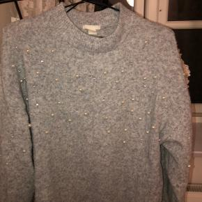 Blusen er brugt og vasken mange gange men den har ingen fejl så som huller og manglende perle  Den passer også en str. s
