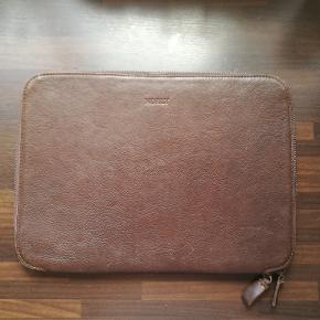 Computertaske fra danske Norly. Bærbar sleeve / laptop sleeve i læder, til Mac eller PC. Måler 34 cm x 25 cm. Passer perfekt til 15 tommer Mac. Nypris 999,-