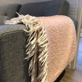 Lyserødt tæppe med hvide frynser Måler ca 165x140