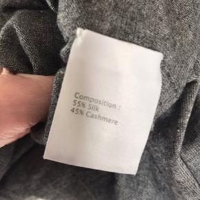 Super lækker, eksklusiv og blød Cashmere Uld  / Silke  cardigan fra Phillip Lim.   Fås ikke blødere! SÅ lækker. Købt herinde, men desværre købt lidt for stor.   Længde ca 71 cm, brystvidde ca 2 x 55 cm
