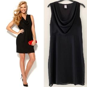 The little black dress 🤩 En klassisk og enkel kjole med fint vandfald i halsudskæringen og skjult lynlås i siden. Materiale: 100% polyester