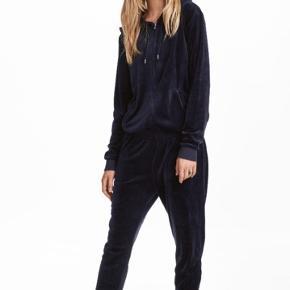 Heldragt i velour i flot mørkeblå med lynlås og hætte - totalt udsolgt model  Super lækker dragt 😊 Jumpsuit