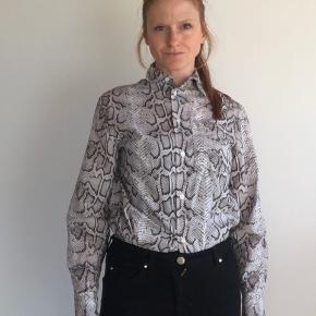EYTYS x H&M skjorte med fint print.  Bemærk dette er en unisexskjorte og derfor er størrelsen herre. Jeg er normalt S og passer den fint.