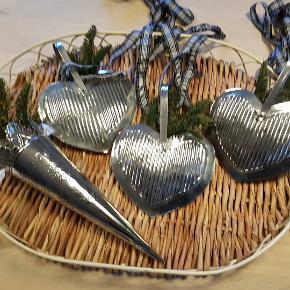 Jule ophæng, diverse luksusjul :-) 3 metalhjerter, 1 kræmmerhus alle hule og med fine bånd, stk 50 kr 2 zink hjerter, (tunge) samlet 100 kr. 4 pilekranse med changerende lange dybrøde brede bånd, samlet 75 kr søde julebukke i rødt filt garn, begge to for 50 kr.  Flotte jule glas isasietter - dia 18,5 cm også som nye /Italiensk oprindelse, pr stk 40 kr (jeg har 2 stk begge for 70 kr.)