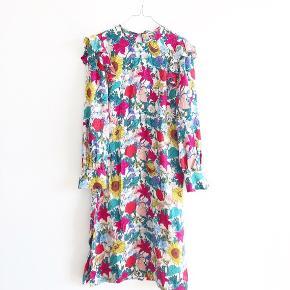 Den smukkeste kjole fra Baum Und Pferdgarten i størrelse 36. Den er brugt en del, hvilket svagt kan fornemmes på kjolen (hovedsageligt i syningen i nakken - skriv for billede). Den har de fineste knapper ved ærmerne og bindes i nakken.  Mindsteprisen er 850pp. Bud herunder vil blive ignoreret.